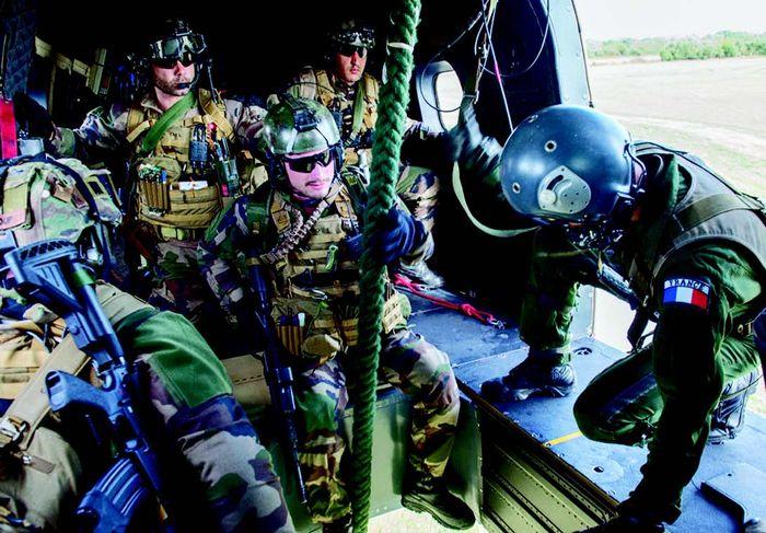 "Latihan ""Salamander"" yang diorganisir oleh EH 1/67 Pyrenees. Latihan CSAR ini melibatkan heli EC-725"