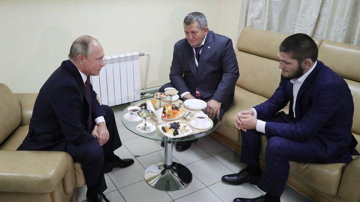 Presiden Putin bertemu Khabib dan ayahnya. ((Sputnik/Mikhail Klementyev))