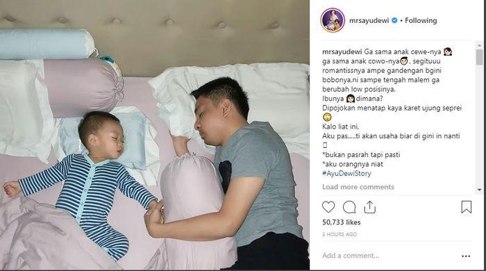 Suami Ayu Dewi, Regi Datau saat tidur dengan sang buah hati.