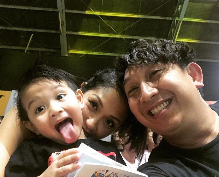 Augie Fantinus bersama istri, Adriana Bustami, dan anaknya.