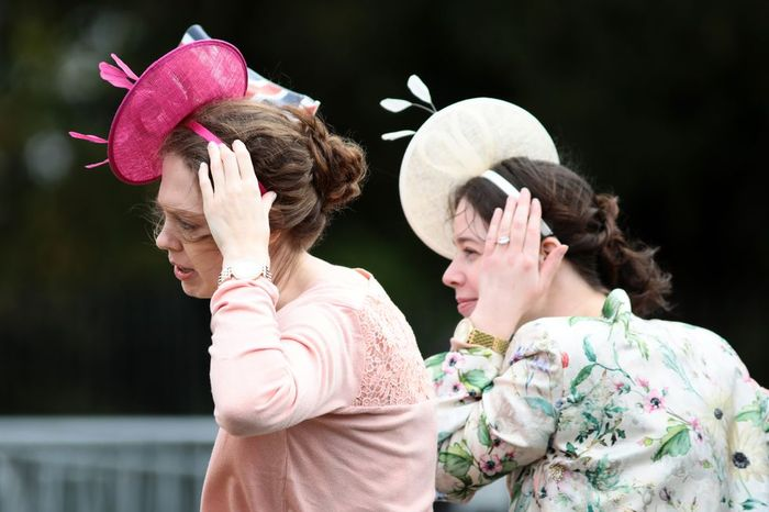 Para tamu di pernikahan Putri Eugenie mempertahankan topinya