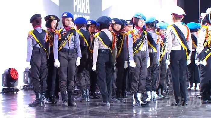 Aksi dari polisi cadet junior saat tampil di closing ceremony Asian Para Games 2018 malam ini (13/10)