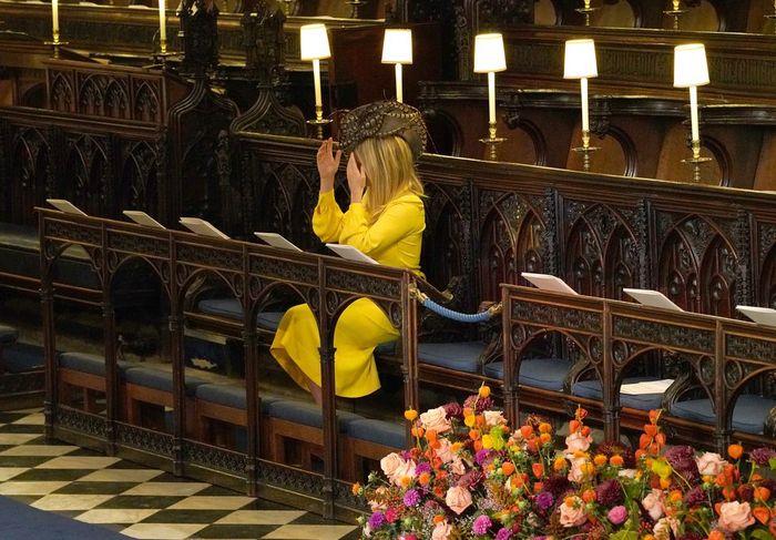 para tamu menata kembali topinya di Kapel