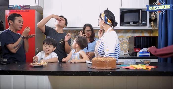 Kue buatan Nagita Slavina diserbu orang di rumahnya