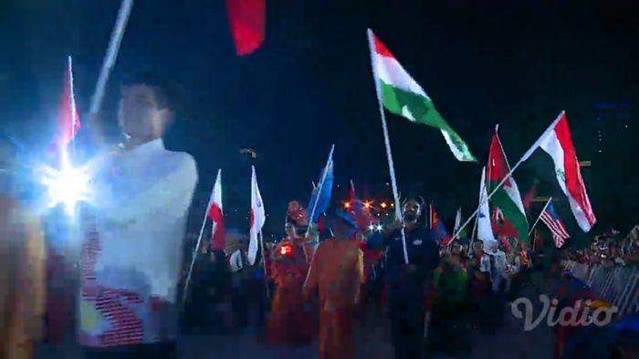 Kirab bendera para peserta Asian Para Games 2018 di closing ceremony malam ini (13/10)