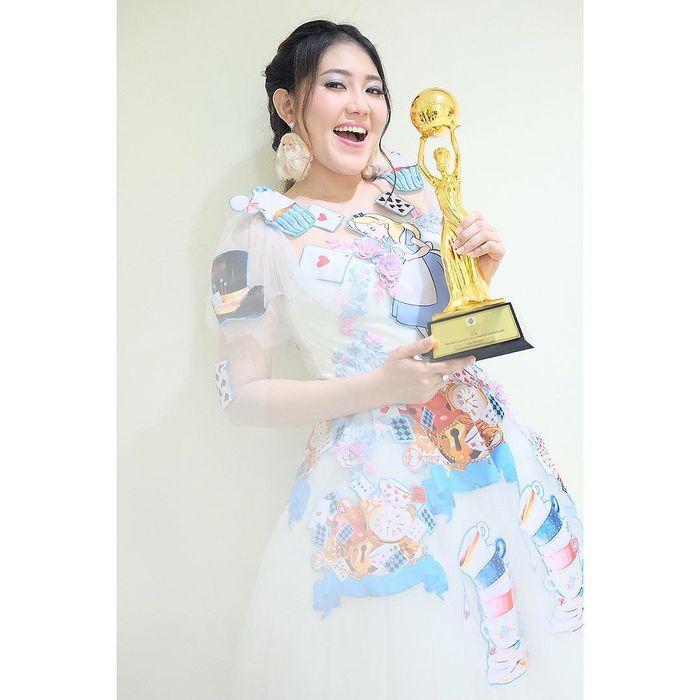 Penampilan Via Vallen ketika memenangkan penghargaan dalam Indonesian Dangdut Awards 2018.