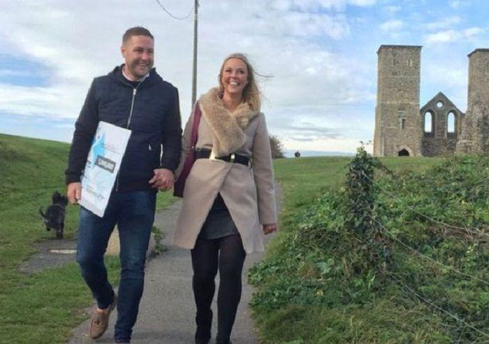 Mick dan Sarah berjalan-jalan dengan tanda kemenangan loterenya