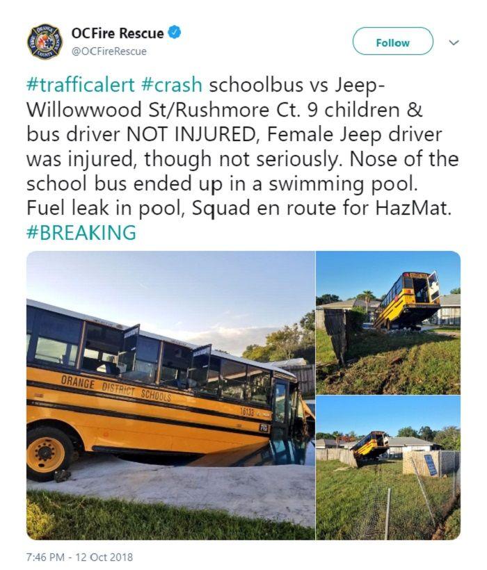 Bus sekolah mengalami kecelakaan hingga masuk ke rumah warga dan tercemplung di kolam