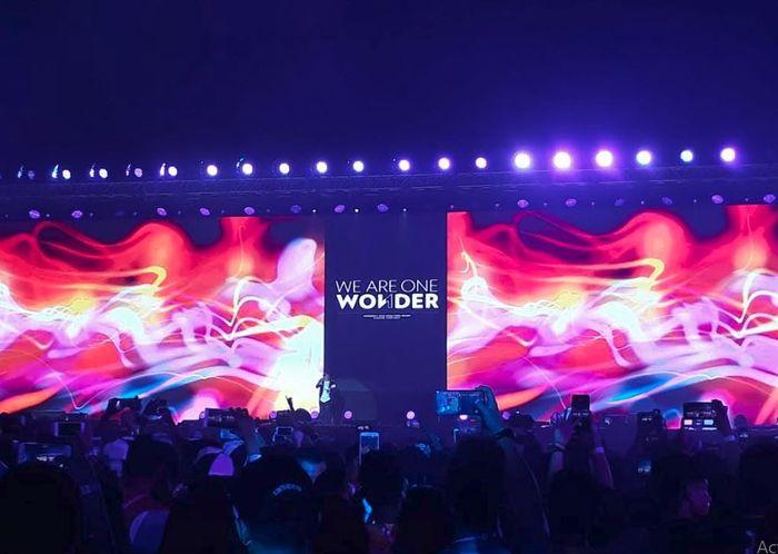 Band Cokelat tampil di Closing Ceremony Asian Para Games 2018, di Gelora Bung Karno, Jakarta, Sabtu