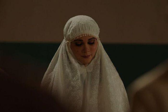 Luna Maya berperan sebagai Suzzanna dalam film Suzzanna: Bernapas dalam kubur