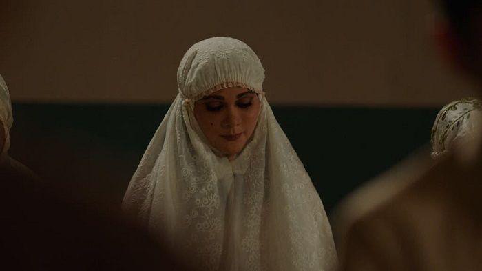 Luna Maya saat berperan sebagai Suzzanna dalam balutan mukena