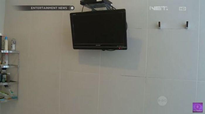 Penampakan televisi yang terpasang didalam kamar mandi rumah Ruben Onsu
