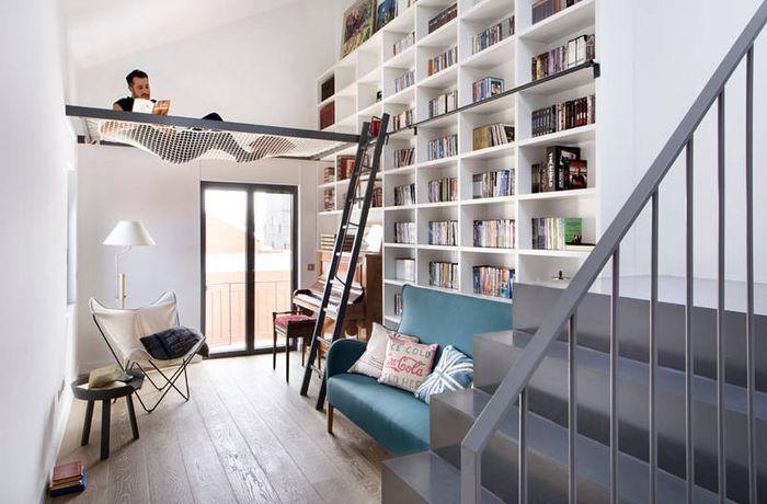 Mengolah ide renovasi ruang menjadi ruang perpustakaan sebaiknya memanggil tenaga ahli, misalnya untuk membobok dinding lemari, atau memasang lemari kayu seukuran dinding.