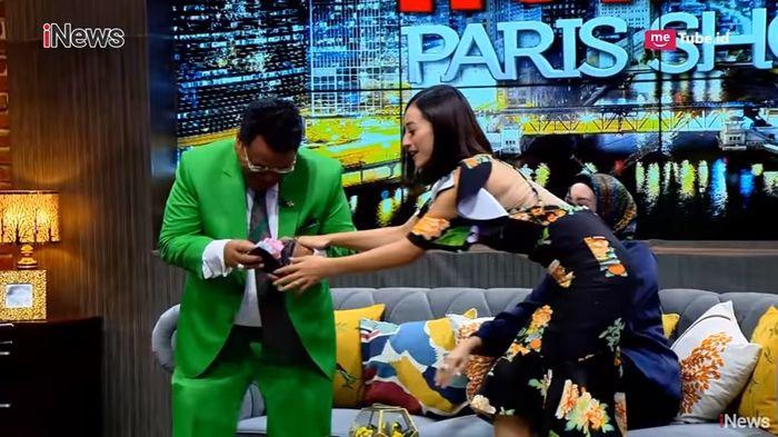 Lolita berusah menunjukkan pada kamera dan Shinta Bachir kalau dompet Hotman Paris jebol
