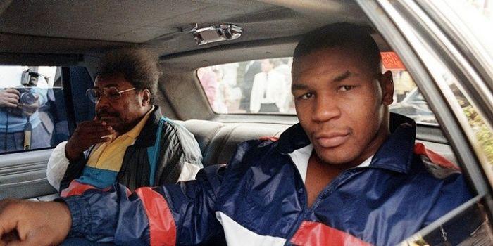 Petinju Amerika Serikat, Mike Tyson, berada satu mobil dengan promotornya, Don King, di Mexico City,