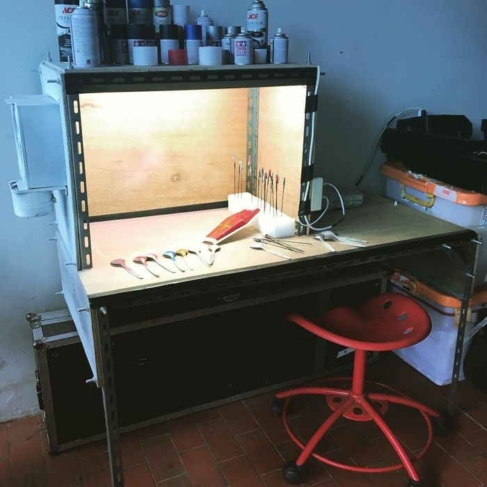 meja khusus Ariel untuk reparasi gundam miliknya (instagram.com @ariel_inst)