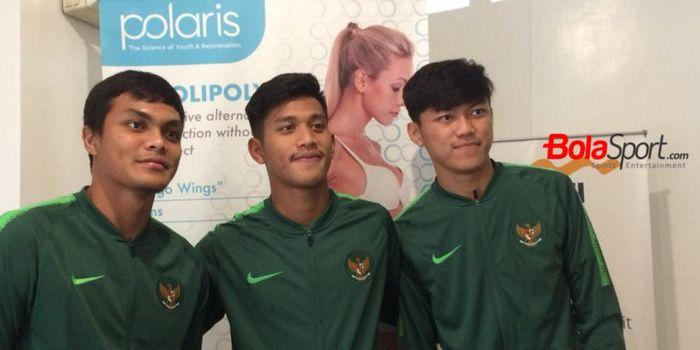 Trio pemain timnas U-19 Indonesia; Rachmat Irianto, Indra Mustafa, dan Feby Eka Putra (dari kiri ke kanan) saat berkunjung ke klinik Polaris di Jakarta Selatan, 25 Oktober 2018.