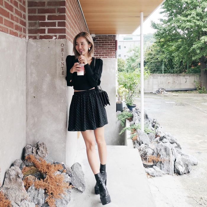 Fashion outfit hitam ala Joan Kim