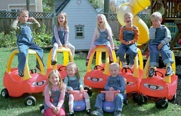 bayi kembar tujuh bermain bersama