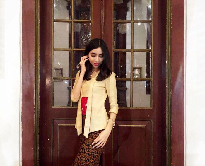 Potret Nadia Purwoko saat mengenakan kebaya kutu baru yang dipadukan dengan rok batik