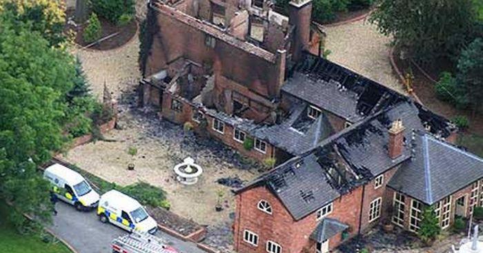 Rumah Keluarga Christopher Foster yang hangus terbakar.