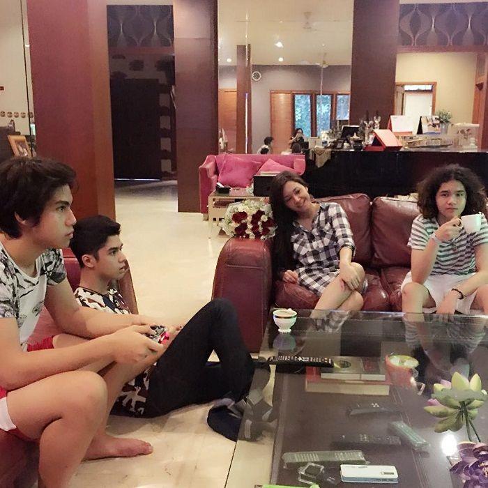 Ruang santai di rumah Maia Estianty di Jakarta
