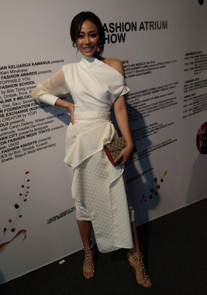 Gaya white on white Whulandary Herman saat hadiri Jakarta Fashion Week 2019