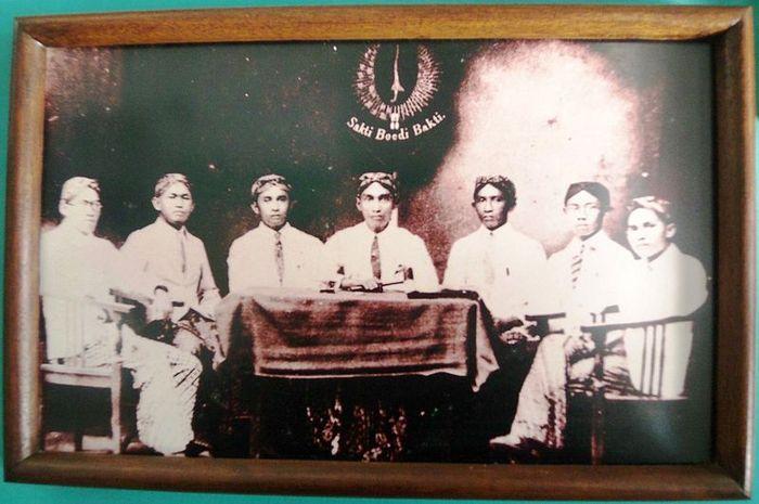 Para pendiri Jong Java, yang memiliki nama awal Tri Koro Dharmo