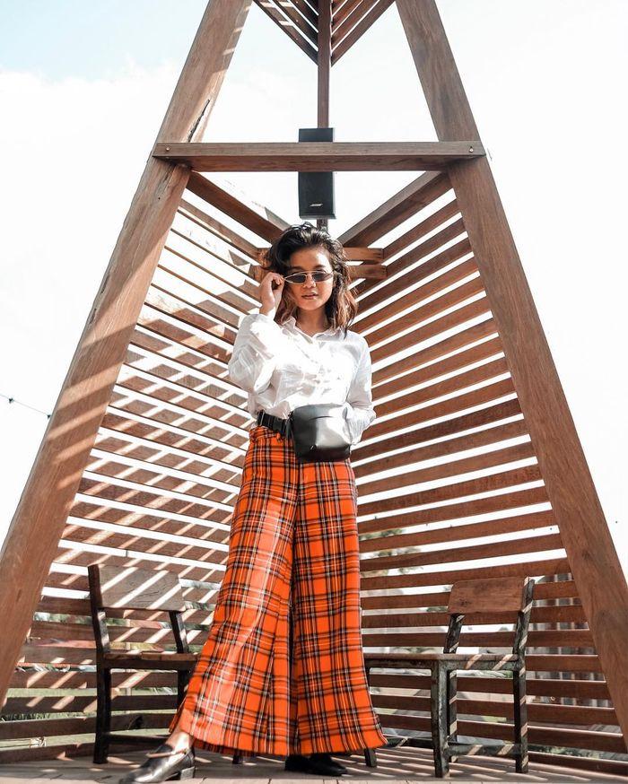 Style Citra Scholastika dengan outfit motif plaid