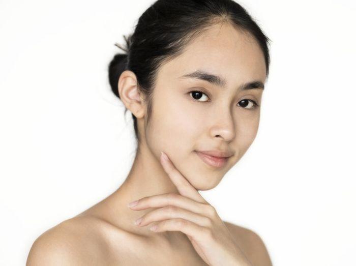 Cara Makeup yang Salah: Nggak dibaurkan sampai ke leher