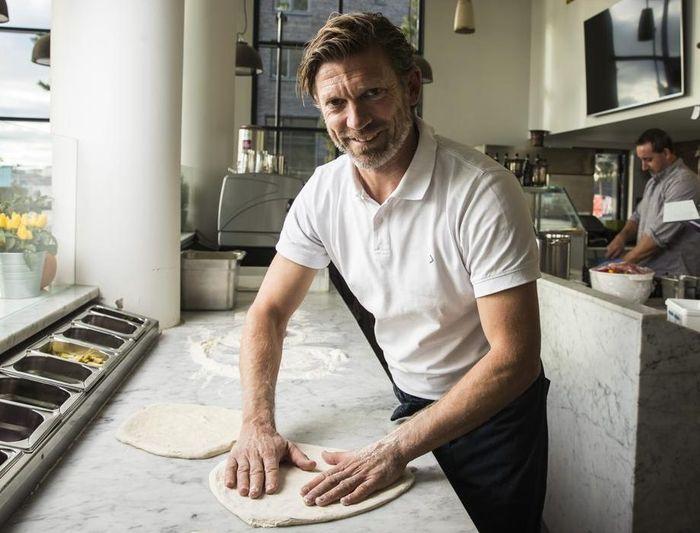 Mantan bintang Manchester United, Jesper Blomqvist, saat memasak pizza.