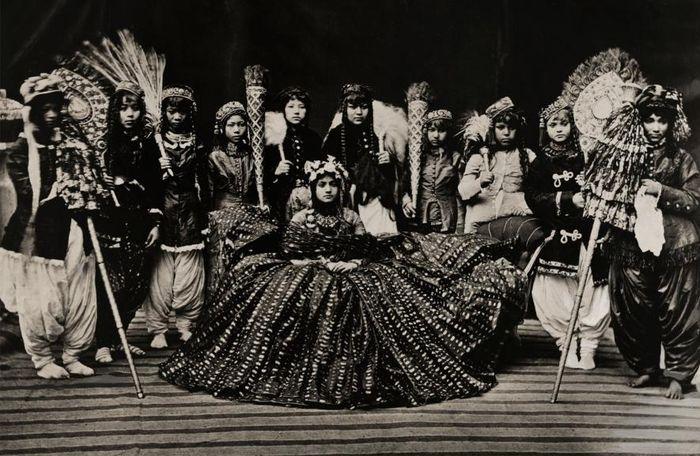 Beberapa dayang mengelilingi Ratu Nepal, foto diambil sekitar tahun 1910-an.