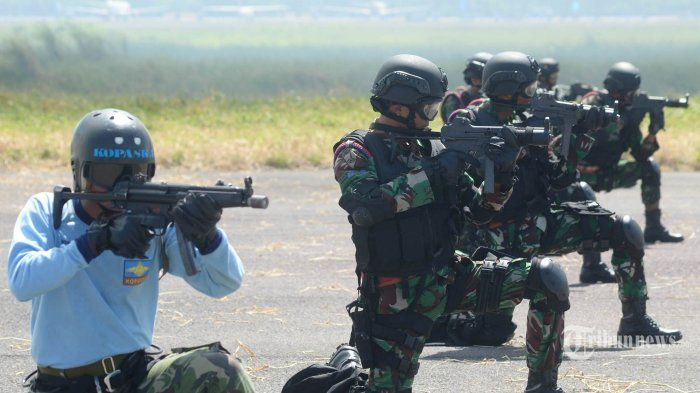 Sejumlah pasukan khusus Satuan Pasukan Katak (Satkopaska) TNI-AL dan prajurit Batalyon Intai Amfibi-1 (Taifib-1) Marinir TNI AL melakukan parameter tempur dalam demonstrasi gangguan objek vital di Apron Hanggar Lanudal Juanda, Senin (15/6/2015).