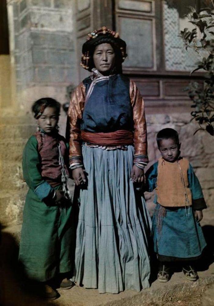 Ratu Nyorophu, sebuah pulau di tengah Danau Lugu, Tiongkok. Foto diambil pada 1931.