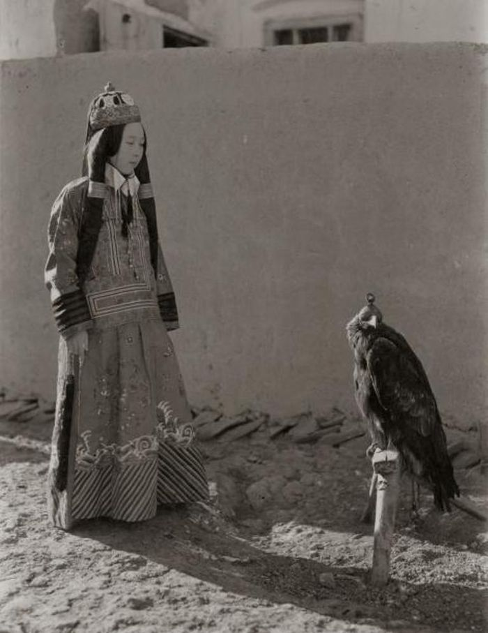 Putri Tiongkok, Nirgidma, menatap elangnya pada 1932.