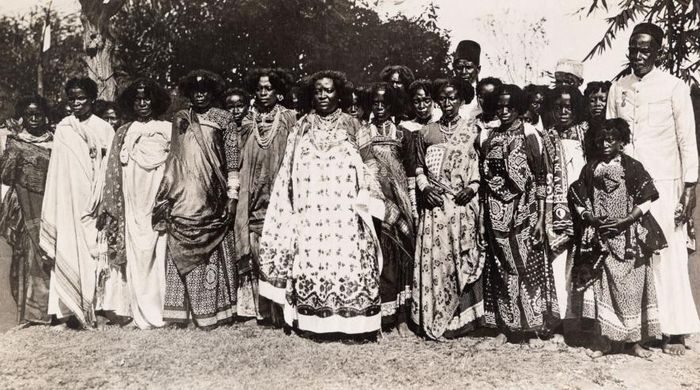 Ratu Binao dari Madagascar berdiri di depan pengikutnya pada 1913.