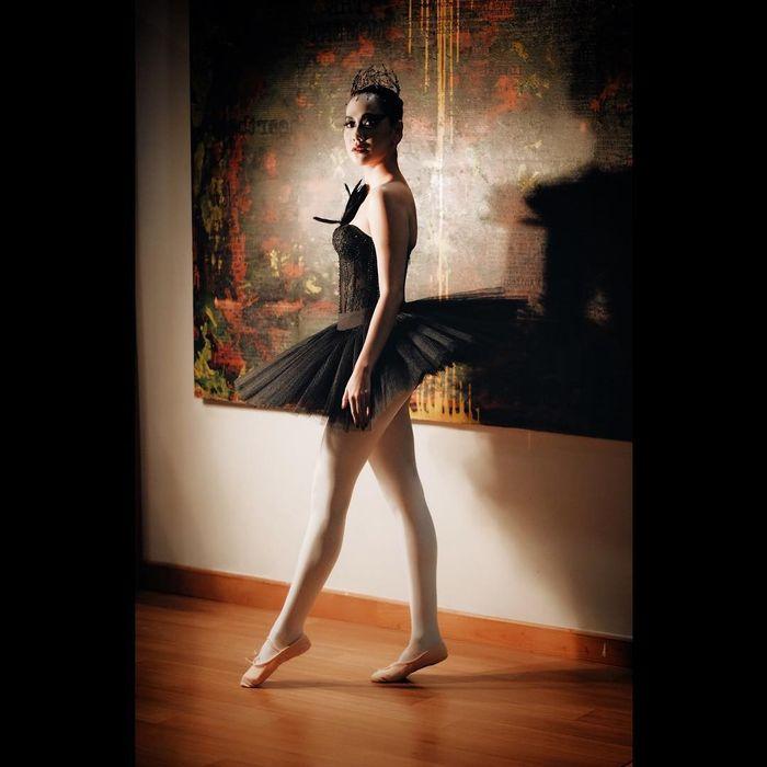 Bunga Citra Lestari kenakan kostum Black Swan saat pesta halloween.