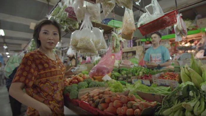 Penampilan artis Indonesia <a href='https://pontianak.tribunnews.com/tag/sarwendah' title='Sarwendah'>Sarwendah</a> saat berbelanja di pasar tradisional