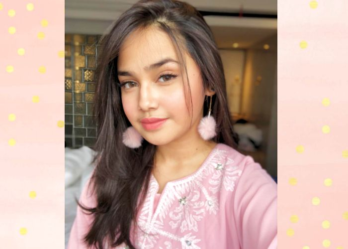 Syifa Hadju tampak mengenakan makeup natural dengan nuansa warna pink yang segar