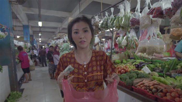 Aksi Sarwendah saat berbelanja di pasar hanya dengan daster