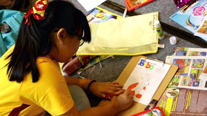 Teman-teman kelas 4 dan 5 SD Mahabodhi Vidya membuat majalah.