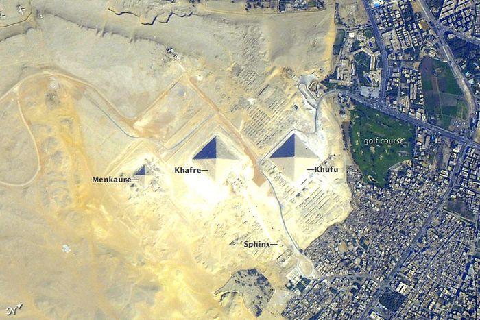 Piramida Giza dari Ruang Angkasa