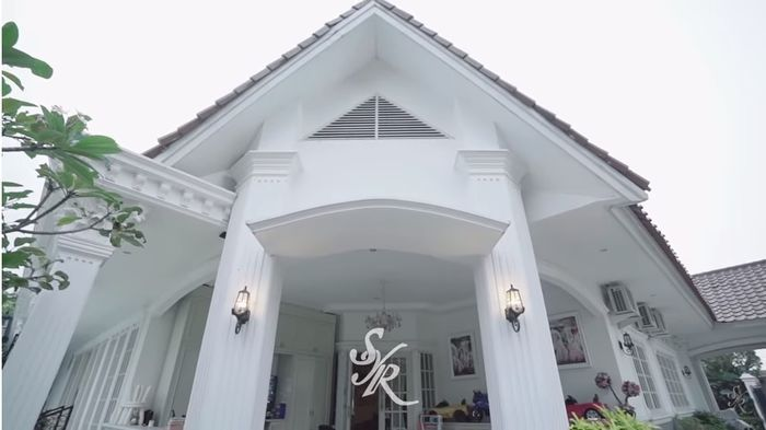 pintu masuk rumah Syahrini