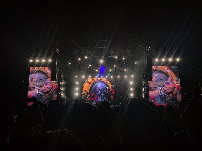 Keseruan konser Guns N' Roses Jakarta pada Kamis (8/11) di Stadion Utama Gelora Bung Karno (SUGBK) Senayan, Jakarta