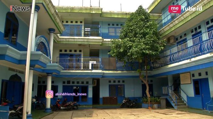 halaman sekolah yang dibangun Dorce Gamalama