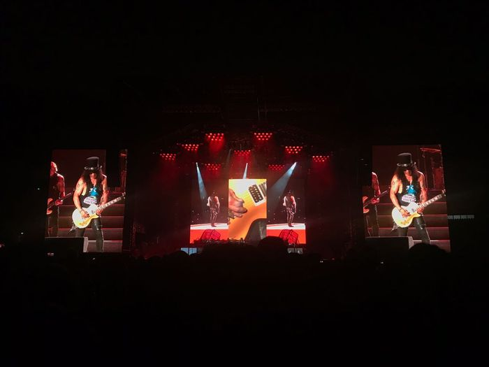 Jemari Slash dalam mainkan gitar sihat penonton yang hadir hingga terpana di konser Guns N' Roses