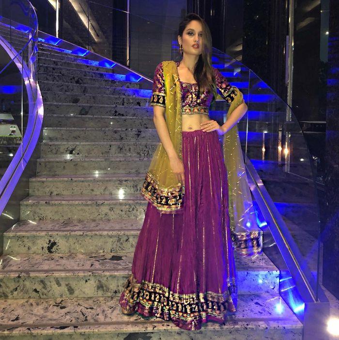 Cinta Laura kenakan busana sari India.