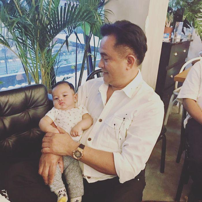 Yusril Ihza dengan cucunya dari Yuri Kemal