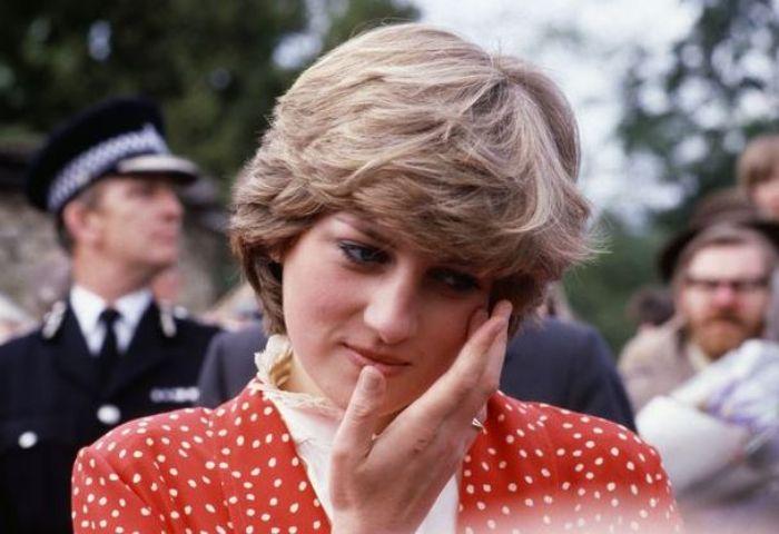 Putri Diana kerap menundukkan kepala dan terlihat murung setelah bertunangan dan menikah dengan Pangeran Charles