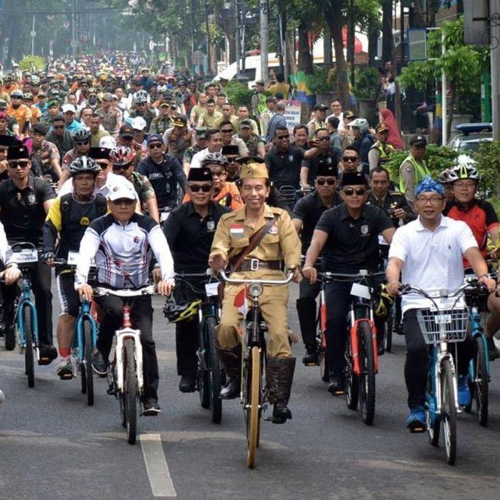 Presiden Jokowi naik sepeda ontel keliling kota Bandung